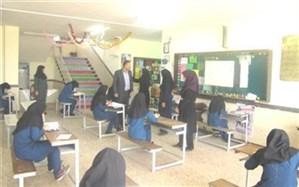 رئیس آموزش و پرورش منطقه ضیا آباد از حوزه های امتحانی مدارس بازدید کرد